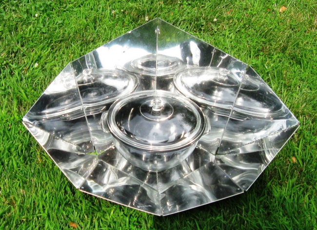 HotPot_solar_cooker_with_panel_reflector_(5_liter_capacity,_front_view)