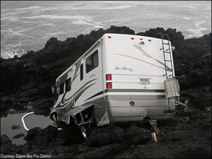 motorhome-crash-on-rocks-in-oregon