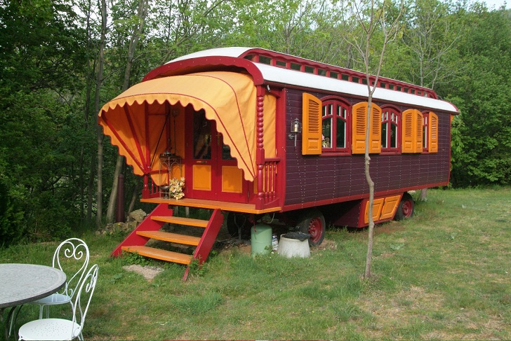 03 traditionally-painted-gypsy-caravan