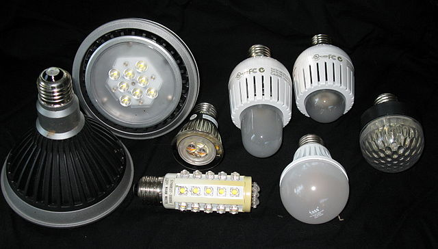 640px-LED_bulbs