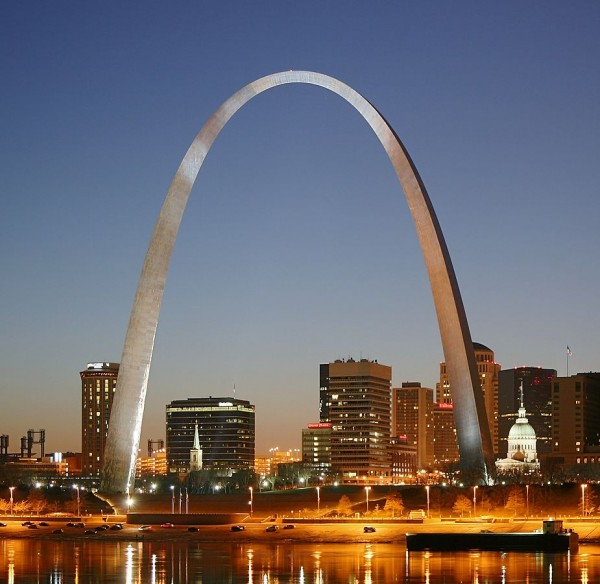 925px-St_Louis_night_expblend_cropped