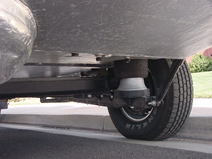 The-trailer-comes-with-a-remote-leveling-controller-and-fully-adjustable-air-ride-suspension