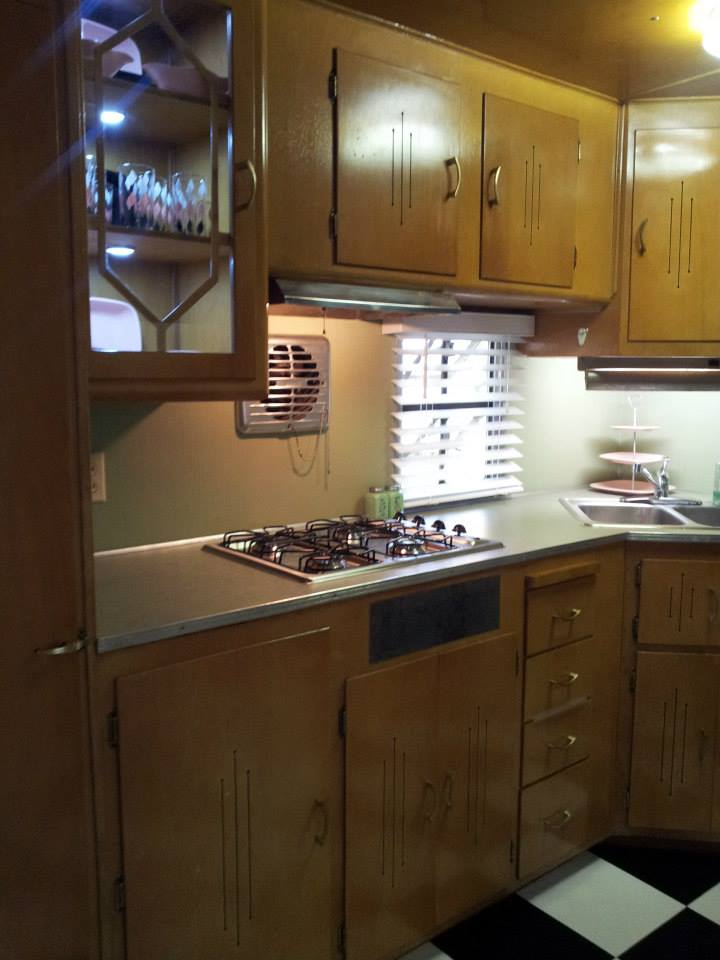 Smoker-Aritocrat-Vintage-Mobile-Home-Interior-Kitchen-2