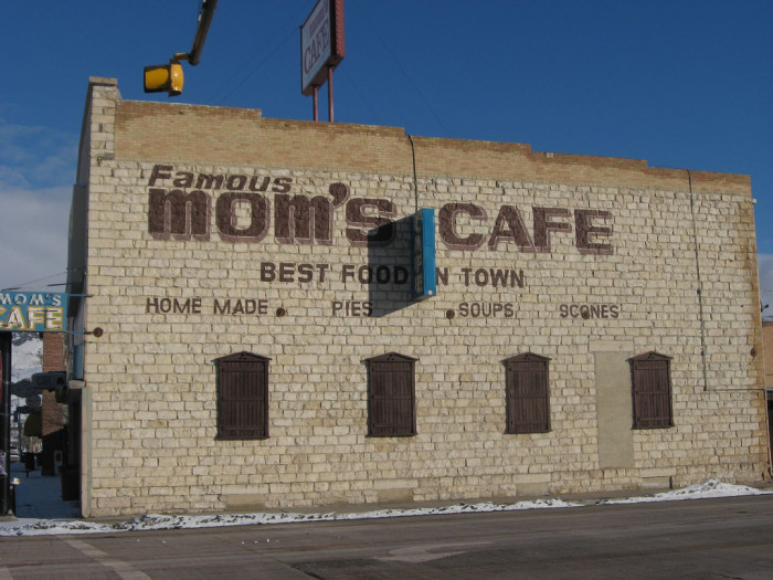 Moms-Cafe-700x525